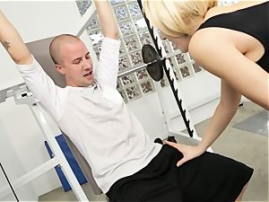 Kagney Linn Karter uber-sexy gym porking